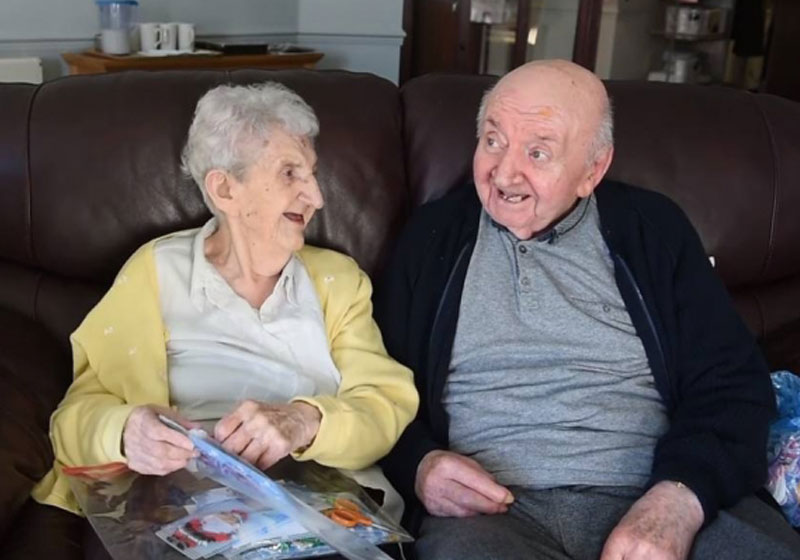 Mãe e filho - Foto: Reprodução do vídeo 'Mom 98 Moves into Care Home to Look After her 80 Year Old Son'/Youtube/TheJewishSongs